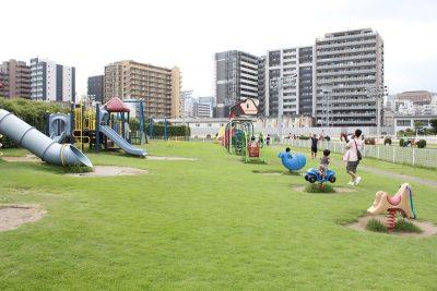 トンネルアスレチックで遊ぶ子供たち