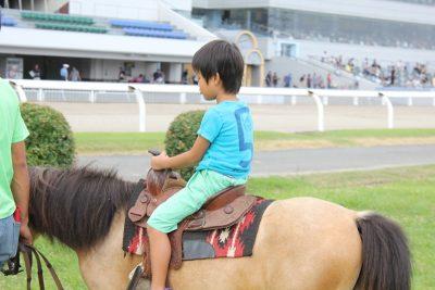 乗馬体験を楽しむ子供
