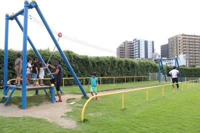 川崎競馬場遊具広場にあるターザンロープで遊ぶ子供